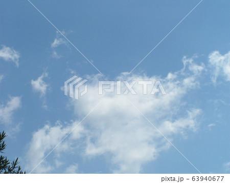 春の青い空と白い雲 63940677