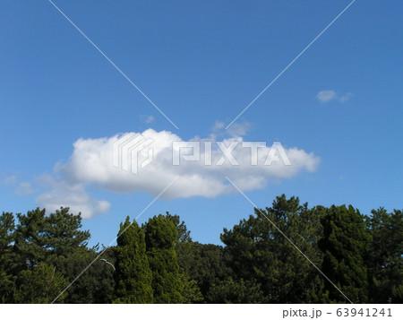 2月の青い空と白い雲 63941241