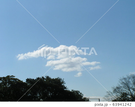 2月の青い空と白い雲 63941242