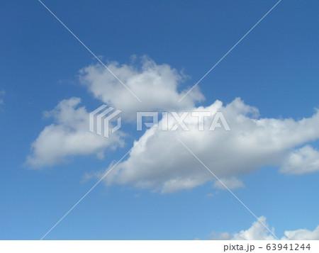 2月の青い空と白い雲 63941244