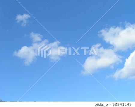 2月の青い空と白い雲 63941245