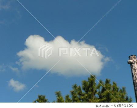 2月の青い空と白い雲 63941250