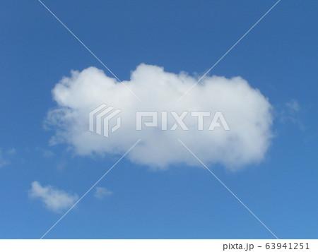2月の青い空と白い雲 63941251