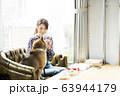 ドックカフェ 女性 犬 63944179