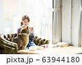 ドックカフェ 女性 犬 63944180