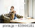 ドックカフェ 女性 犬 63944181