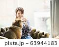 ドックカフェ 女性 犬 63944183