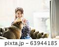 ドックカフェ 女性 犬 63944185