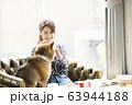 ドックカフェ 女性 犬 63944188