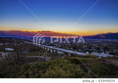 【山梨県笛吹市】朝焼けの南アルプス・八ヶ岳と甲府盆地 63949934