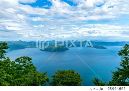 【青森県十和田湖】御鼻部山から眺める十和田湖の春 63964665