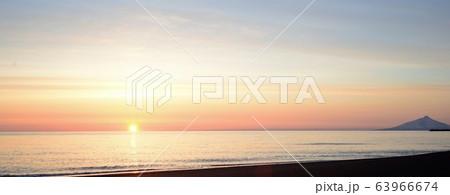 落日の水平線と遠くに利尻富士、ヨコナガ【北海道】撮影地:天塩町 63966674