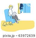 リビングでくつろぐ男性と犬 63972639