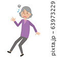 高齢女性 おばあさん めまい 転倒 転ぶ 63973229