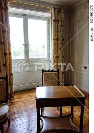 ベルサイユ宮殿の小部屋 木製のテーブルとテクスチャーで飾られたイスとカーテン 63996976