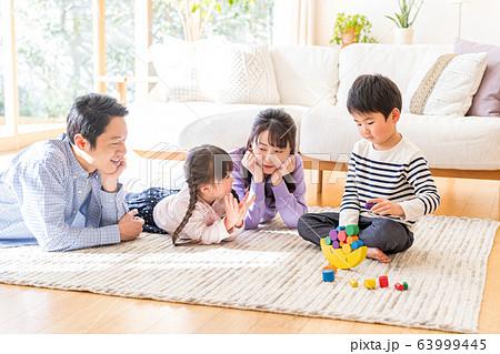 若い4人家族、仲良し 63999445