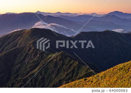 中ノ岳から見る夜明けの尾瀬・日光の山並み 64000063