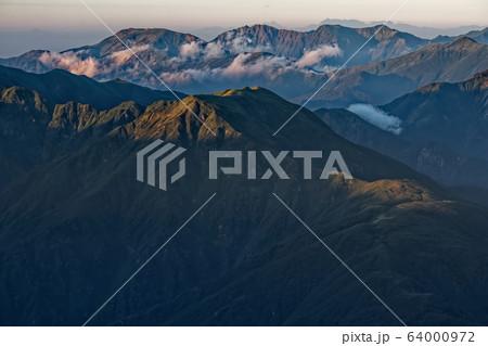 越後三山・中ノ岳から見る朝の谷川連峰 64000972