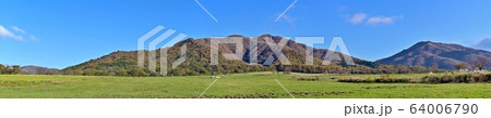 青空バックに秋の蒜山高原のパノラマ情景@岡山 64006790