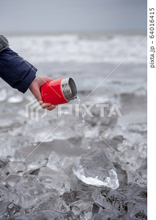 豊頃町のジュエリーアイスにお湯をかける手 64016415