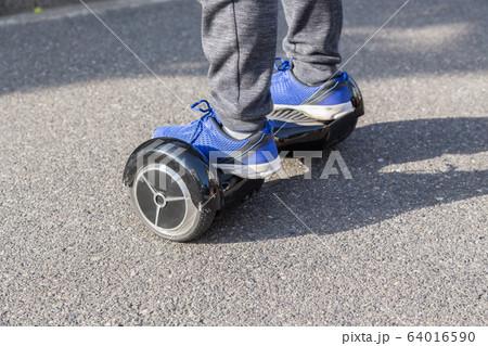 バランススクーターに乗る子供 64016590