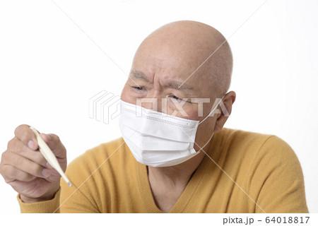 感染症で体温測定をしている日本人シニア 64018817