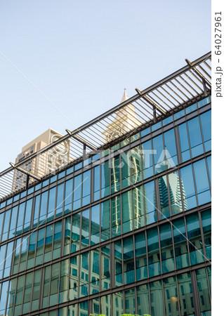 ドバイの街並み ガラス張りのビルに反射する高層ビル 64027961