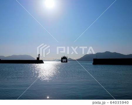 忠海港と出港するフェリー (広島県竹原市) 64035940