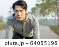 スタートポーズをとる若い男性 64055198