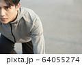 スタートポーズをとる若い男性 64055274