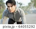 スタートポーズをとる若い男性 64055292