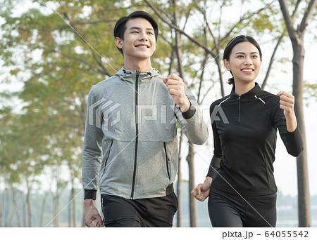 屋外で運動をする男女 64055542