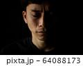涙を流す男性 64088173