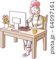 パソコン作業をする女性 頑張る 64097161