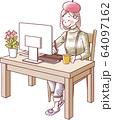 パソコン作業をする女性 笑顔 64097162