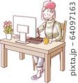 パソコン作業をする女性 ほほえみ 64097163
