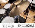 ドラムセットのシンバル(ビンテージ) 64110208