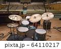 ステージのドラムセット(ビンテージ) 64110217