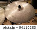 ドラムセットのシンバル(ビンテージ) 64110283