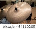 ドラムセットのシンバル(ビンテージ) 64110285