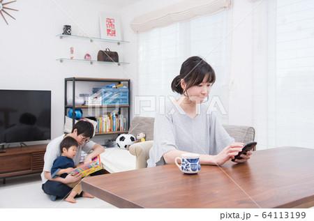 スマホをいじる母親と子供と遊ぶ父親 64113199
