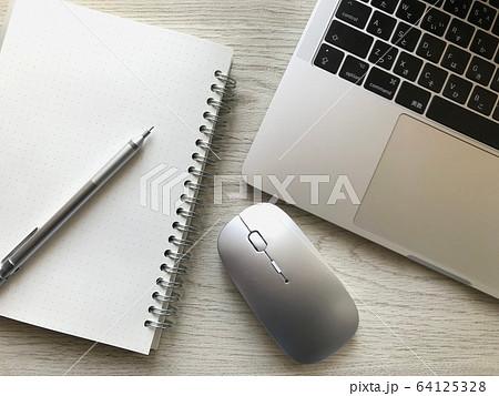 ノートパソコンとスマートフォンとマウスとノートとペン(木目背景)、リモートーワークイメー 64125328