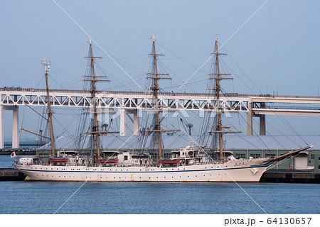 横浜港山下ふ頭に停泊する帆船日本丸Ⅱ世 64130657