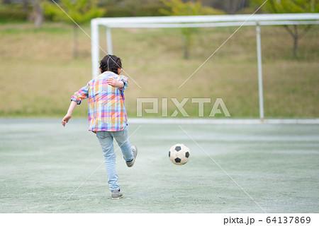 サッカーボールで遊ぶ子供 64137869
