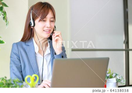 テレワーク_テレビ会議で話すビジネスウーマン 64138038