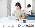 ビジネス 仕事 女性 テレワーク ノートパソコン 在宅勤務 64149880