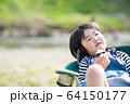 おにぎりを食べる幼児 64150177