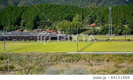田園風景をバックに優雅に走る蒸気機関車 64151609