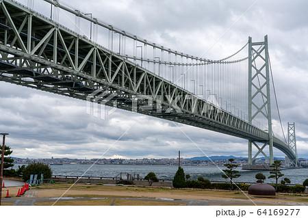 道の駅あわじから見る明石海峡大橋と明石海峡の風景 64169277