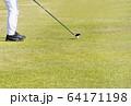 ドライバーショット ティーショット ゴルフ場 ティーグラウンド ゴルフイメージ  64171198